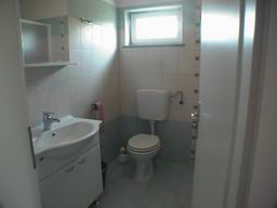 Island Cres Apartment Stivan bathroom